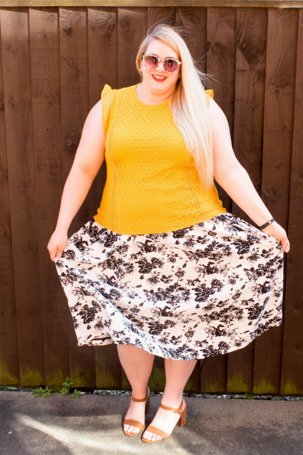Curvy fashion inspiration for women. This plus size ootd is one of my favourite summer looks. The plus size linen skirt is from the Elvi premium range and keeps me cool on hot days. Read the review of the Elvi premium range here! #ootd #plussize #plussizefashion #women #outfit #outfitidea