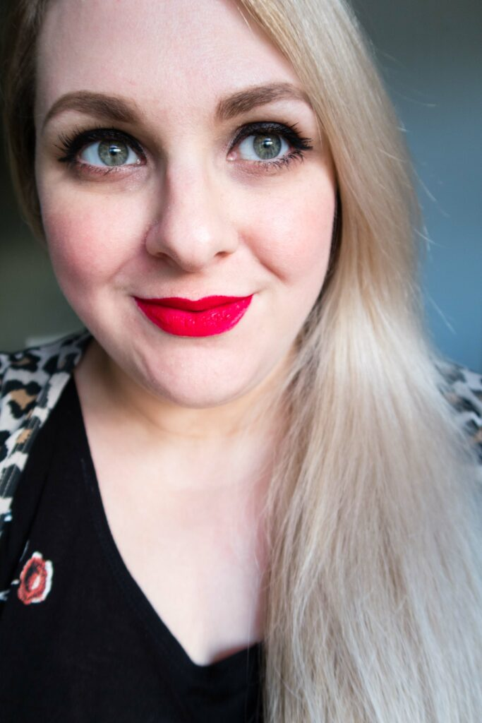 Old Hollywood Glamour in 3 Simple Steps - all you need are the right products. This is a beginner level makeup look with all the glamour of a Holllywood starlet with a team of makeup artists! #redlips #hollywoodglamour #easymakeup